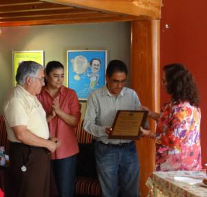 Club Tiburones y Grupo Reto entregaron reconocimientos a la Asociación de Periodistas