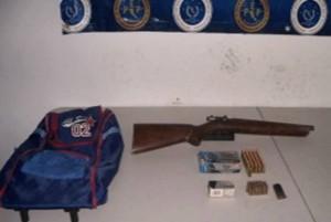 Armas y cartuchos encontrados en un bote de basura
