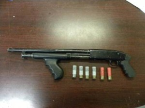 Un arma larga calibre .12, 6 cartuchos útiles y varias dosis de diversos enervantes sintéticos fueron decomisados